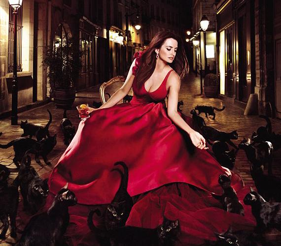 A gyönyörű színésznőt kérték fel, hogy legyen a Campari márkaarca, a fotókon pedig a végzet asszonyát alakította.