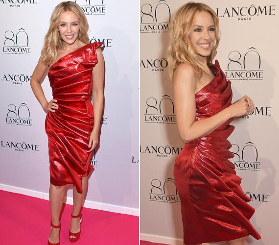 A 47 éves Kylie Minogue tegnap szintén a Lancôme rendezvényén mutatta meg csodálatos alakját. Az énekesnőt az este folyamán három különböző ruhában fotózták, ez a nagy ráncokkal díszített estélyi volt az egyik.