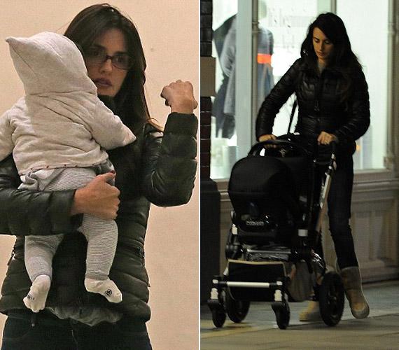 A színésznő kicsit zilált, de látszik, hogy imádja kislányát.
