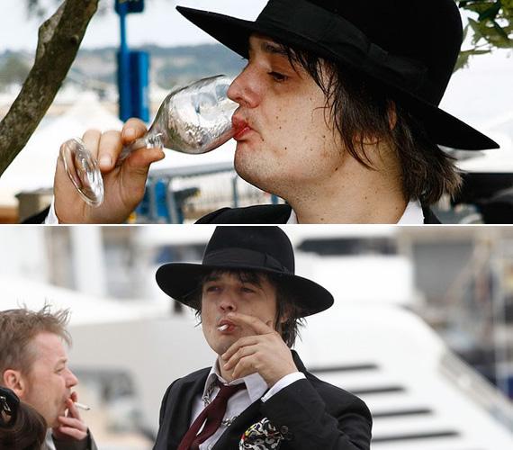 Jó párszor kiürítette a borospoharat a járókelőkkel zsúfolt Côte d'Azurön. Kezéből az elmaradhatatlan cigaretta sem hiányzott.