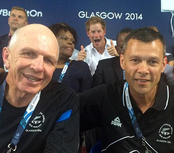 Harry herceg az új-zélandi rögbicsapat edzőjének, Sir Gordon Tietjensnek és a Sport Manawatu vezérigazgatójának, Trevor Shailer közös fotóját tette tönkre.