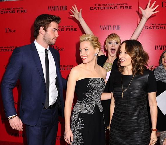 Jennifer Lawrence is mindig szívesen benne egy kis mókázásban, a Futótűz premierén Liam Hemsworth, Elizabeth Banks és a producer Nina Jacobson képét tette emlékezetessé.