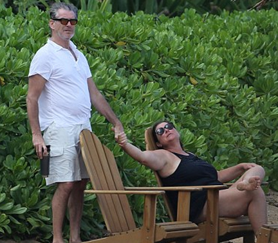 Keeley olyan szerelmes pillantással néz férjére, hogy az még napszemüvegen keresztül is átsüt, Pierce pedig védelmező kősziklaként áll felesége mögött. Ritka az ekkora szerelem ennyi idő után.