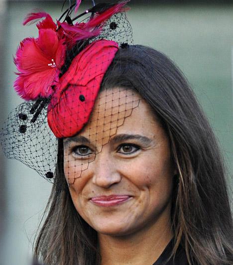 Színes kalapok  Ha hivatalos rendezvényről van szó, az angol hagyományt és a protokollt követve Pippa is gyakran visel kalapot. Karakteres arcához és barna hajához remekül passzolnak a színes, feltűnő darabok - ezt a pink, virágos modellt egy esküvőn viselte.