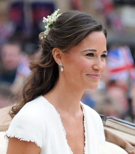 Bájos, mint a nővére  A 27 éves Pippa Middleton különösen ragyogott a hercegi esküvő résztvevői között, sokak szerint a bájos koszorúslányra legalább akkora öröm volt ránézni, mint nővérére, a hercegnőre.  Kapcsolódó cikk: Elbűvölő szépség! Íme, Kate Middleton húga, a bájos Pippa »
