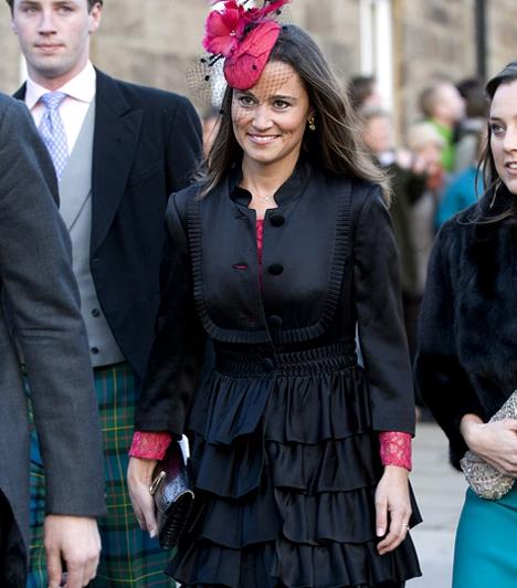 A kalap is jól áll neki  Pippa korábban részt vett már nemesi esküvőn. Idén februárban például barátai, Katie Percy és Patrick Valentine hívták meg az alnwicki kastélyban rendezett elegáns ceremóniára. A csinos Middleton-lány ide is stílusosan, fekete-pink szettben érkezett.