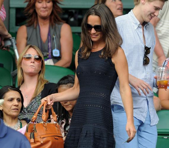 Pippának egyébként van egy hasonló, horgolt ruhája feketében is, ezt utoljára Wimbledonban viselte, rögtön kiszúrták őt benne a lelátón.