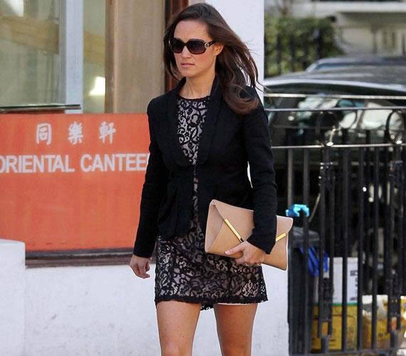 Pippa Middleton a reggeli órákban sétált London utcáin, még a csípős londoni ősz se tartotta vissza a rövid ruhától.