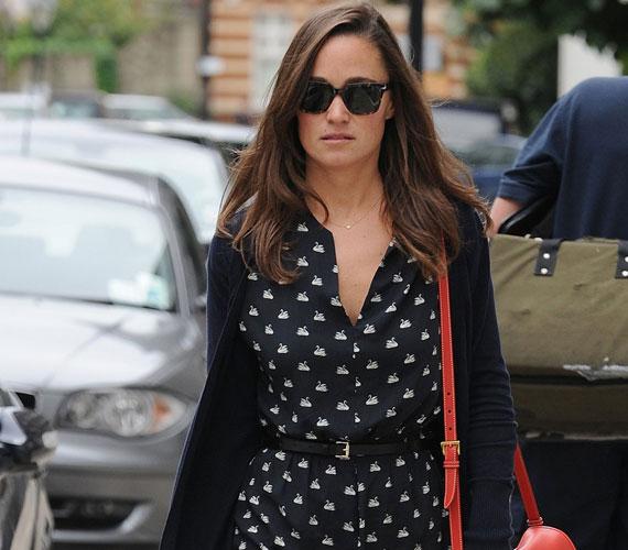 Pippa Middleton egy csajos nyári ruhával kezdte a kora őszt Londonban, nem is beszélve a színekről: a piros-fekete-fehér örök sláger.
