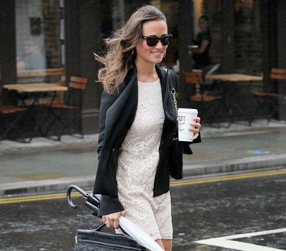 Pippa Middleton szeptember 6-án ünnepelte 28. születésnapját, aznap szexis csipkeruhában, kezében kávéval fotózták le London utcáin.