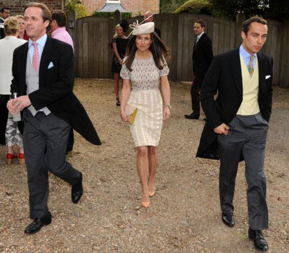 Az esküvőn öccsével, James Middletonnal (jobbra) és a 34 éves bankárral, Tom Kingstonnal jelent meg. Utóbbival számos eseményen kapták már le meghitt közelségben.