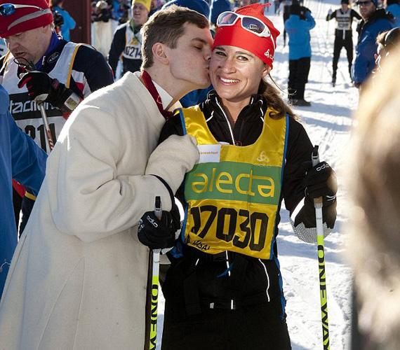 A 28 éves szépséget egy helyi fiatalembernek volt szerencséje csókkal köszönteni a Sälen és Mora közötti 90 kilométeres táv végén.