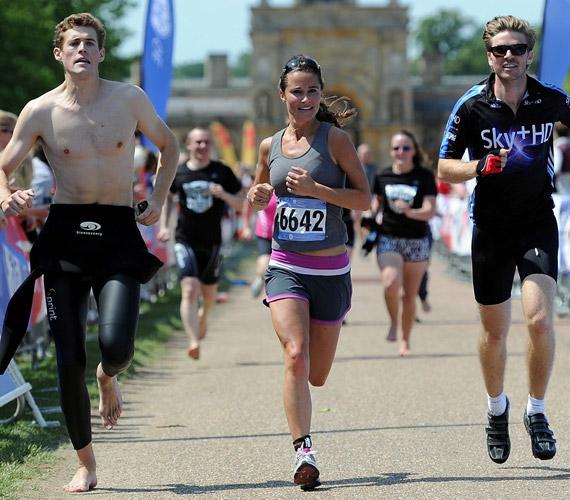 A versenyen csak egy volt a futók között, de azért itt is pasikkal volt körülvéve.