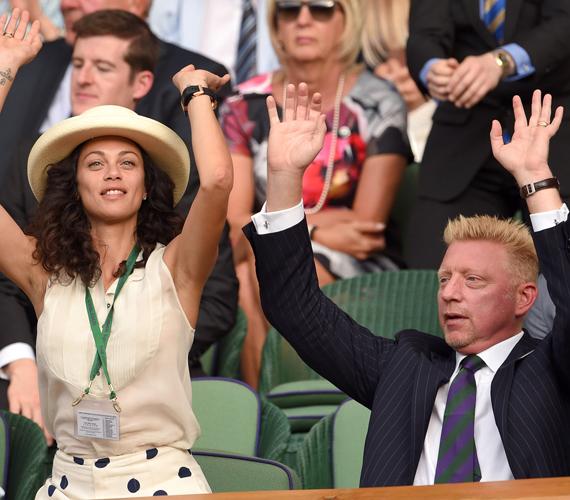 A bajnokság 1985-ös győztese, a 47 éves Boris Becker feleségével látogatott ki Wimbledonba, a fotók tanúsága szerint pedig legalább olyan szenvedéllyel szurkolt, mint amilyennel annak idején játszott.