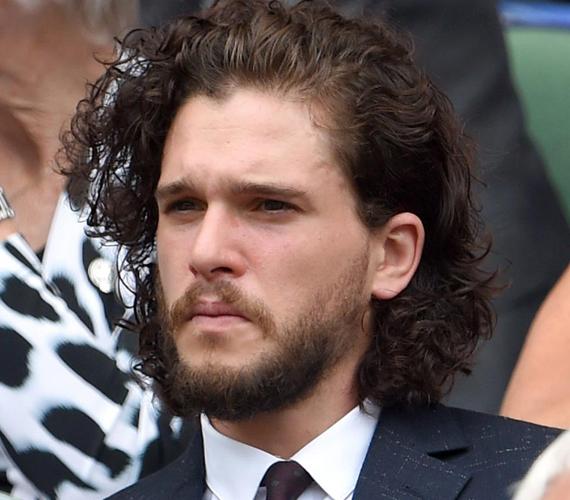 A Trónok harca 28 éves sztárja, a Jon Snow-t alakító Kit Harington még a múlt héten látogatott ki a teniszbajnokságra, ahol frizurájával keltett nagy feltűnést. A sorozat rajongói ugyanis biztosak benne, hogy ez azt jelenti, szerepelni fog a következő évadban is.