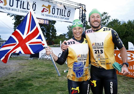 Pippa és Josh Bartholdson a célban. 13 órás idejükkel igazán büszkék lehetnek magukra, joggal lobogtatják a brit zászlót.