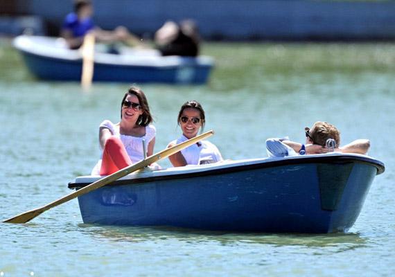 A romantikus csónakázáshoz Pippa barátnője is csatlakozott.