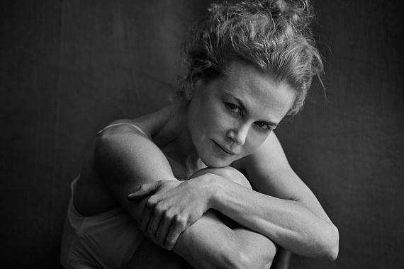 Nicole Kidman rakoncátlankodó, göndör fürtjeihez ezúttal egy fodrász sem nyúlhatott: Peter Lindbergh pont ezt a játékosságot akarta megörökíteni a képein.
