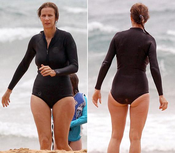 A 46 éves színésznőnek a csípője teltebb, és ez a fürdőruha sem előnyös teljesen a számára. Sokan azonban még így is megirigyelhetnék az alakját három gyermek után.