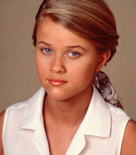 Bűbájos kislány volt  Az 1976-os születésű Reese Witherspoon már kislánykorában tündöklő szépség volt, így nem csoda, hogy hamar belecsöppent a modellkedés világába, ahonnan egyenes út vezetett a színészetig.  Kapcsolódó sztárlexikon: Ilyen volt, ilyen lett: Reese Witherspoon »