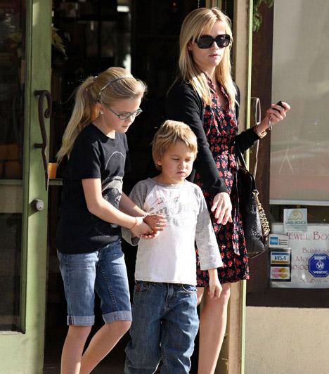 Kétgyerekes anyuka  Dr. Szöszi megformálója fiatalon lett anya: kislánya, Ava - aki mamája kiköpött mása - 1999-ben született, míg Deacon 2003-ban látta meg a napvilágot.  Kapcsolódó cikk: Kivirult a házasságtól! Reese Witherspoon anyaként is igazán szexi »