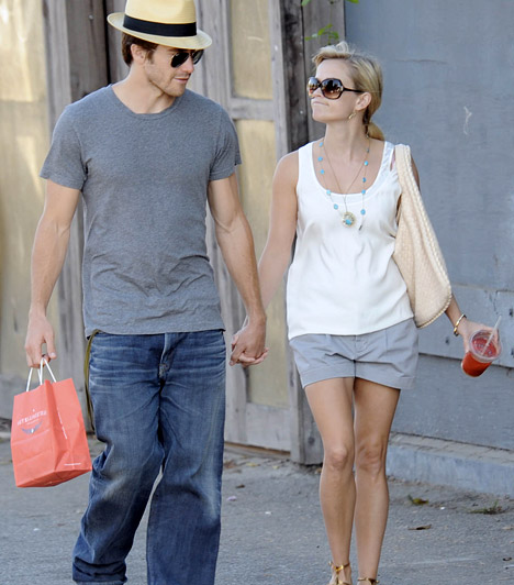 Jake Gylenhaallal járt  Válása után Jake Gylenhaallal kezdett járni - a jóképű színészt a gyerekek is nagyon megkedvelték -, ám 2009-ben, két év után szakítottak. Állítólag Jake sérelmezte, hogy a színésznő nem tölt vele elég időt.