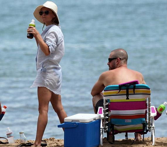 Eleinte egy hosszú, fehér blúzban sétálgatott a parton, míg újdonsült férje egy kényelmes székben pihent, míg a gyerkőcök birtokba vették a strandot.