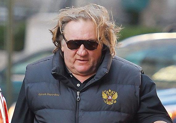 Gérard Depardieu már hivatalosan orosz állampolgár is, és ezt úgy tűnik, szereti hangsúlyozni. Talán ezért vett fel egy pufimellényt az ország címerével díszítve. Tavaly nyári szegedi fellépésén azért egy fokkal elegánsabban jelent meg.