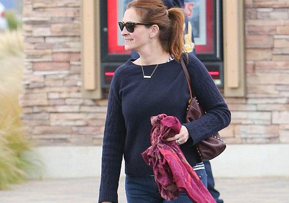 Julia Roberts mellett is bárki elsétálhat az utcán úgy, hogy fel sem ismeri. A színésznő a hétköznapokon visszafogottan öltözködik, de azért odafigyel magára ilyenkor is.