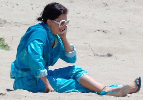 A sztárokat is csak a kényelem vezérli, ha éppen kissé slamposan jelennek meg valahol. Lady Gaga nem törekedett a praktikumra, de a jólöltözöttség sem játszott szerepet, amikor kiválasztotta aznapi ruháját. A homokos tengerpartra selyemkimonóban és magas sarkú cipőben ült ki.