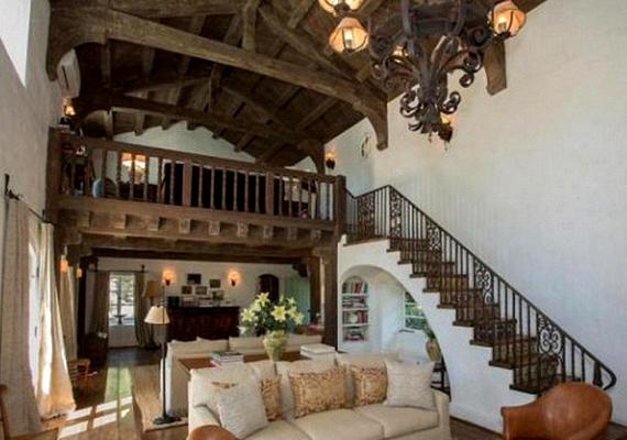 A spanyol stílusú házban a fagerendák dominálnak.