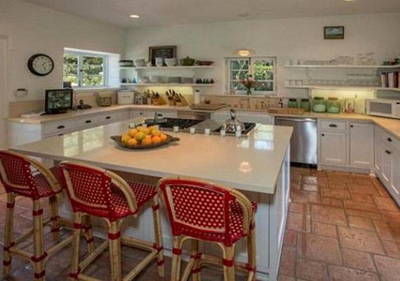 A konyha az ötvenes éveket idézi.