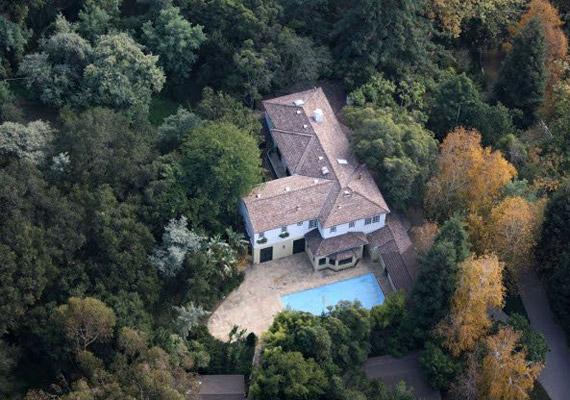 Witherspoon a kaliforniai ház mellett ezt a brentwoodi ingatlant vásárolta még meg, méghozzá az akcióhős Steven Segaltól, hétmillió dollárért.