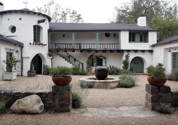 Reese Witherspoon 2011. március 26-án ment hozzá az üzletember Jim Toth-hoz, romantikus, családias szertartáson, saját otthonában.