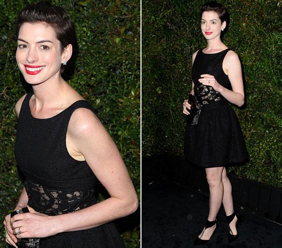 Anne Hathaway egy a derekánál csipkével megbolondított fekete koktélruhát és hozzá piros rúzst választott a Chanel estjére.