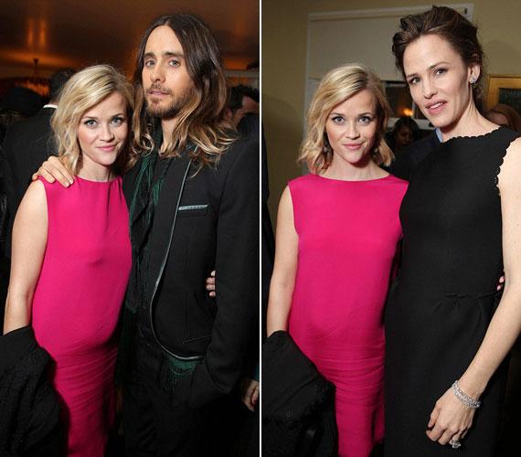 Reese Witherspoon Jared Letóval és Jennifer Gardnerrel - mindkét fotón gyanúsan domborodik a pocakja.
