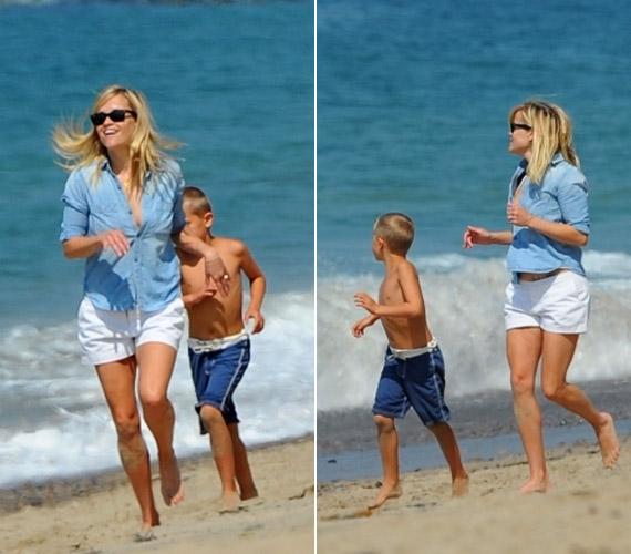 Reese és kisfia önfeledten futkároztak a parton, míg férje - akivel idén márciusban házasodtak - az árnyékban ejtőzött.