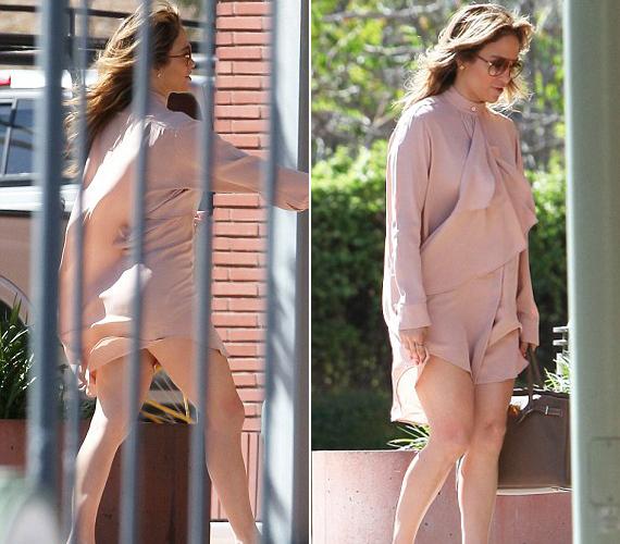Jennifer Lopez ruhájába belekapott a szél, amiből kínos villantás is lehetett volna, ám így csak kicsivel mutatott többet a kelleténél.