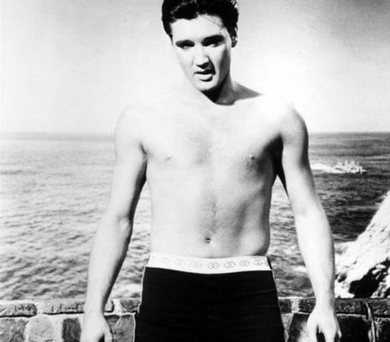 Elvis Presley a hasát sütteti a strandon. A képet látva nem csodálkozunk, hogy a nők visítva taposták el egymást a koncertjein, hogy megérinthessék a Királyt.