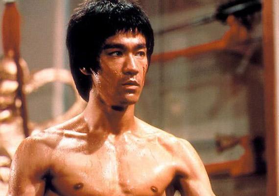 Bruce Lee a kolléganőjétől kapott fájdalomcsillapító beszedése után rosszul lett, életét már nem tudták megmenteni. A boncolás szerint allergiás volt az egyik összetevőre, ám szervezetében marihuánát és más drogokat is találtak. 1973. július 20-án hunyt el, mindössze 33 éves volt.