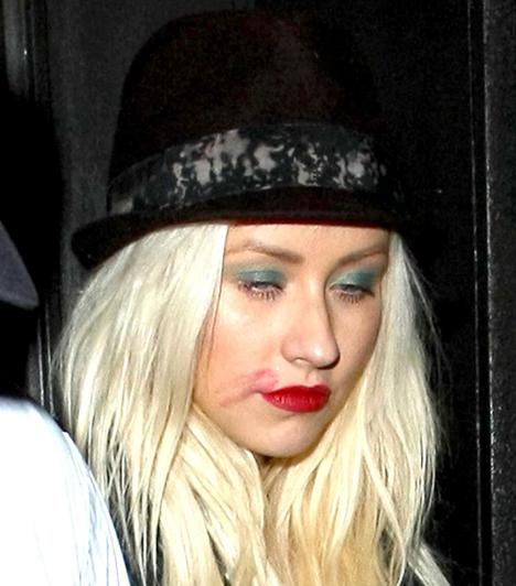 Christina Aguilera  A világhírű popsztár a The Room nevezetű nightclubban öntött fel jócskán a garatra. Aguilerának sikerült olyannyira túlzásba vinnie a mulatozást, hogy alig állt a saját lábán, és még a rúzsa is elkenődött.  Kapcsolódó képes kvíz: Mint két tojás! Christina Aguilerát összetévesztették a hasonmásával »