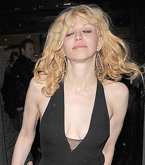 Courtney Love  Kurt Cobain özvegye Hollywood egyik legellentmondásosabb híressége. Ez a fotó 2009 februárjában készült róla, amint meglehetősen szétcsapva lépett ki a Groucho Clubból. Pályafutása során Love-nak nemcsak az alkohollal, de a drogokkal és a gyógyszerekkel is alaposan meggyűlt már néhányszor a baja.