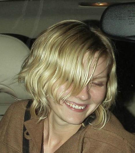 Kirsten Dunst  A népszerű amerikai színésznő sikerei ellenére túlságosan is az ital megszállottja lett. 2008 elején ezért elvonóra vonult, habár akkor azt állította, hogy csak a depressziója miatt döntött úgy, hogy a Utah államban található Cirque Lodge nevű rehabilitációs intézmény lakója lesz. Kapcsolódó cikk: Fejébe szállt az ital! Kínosan sokat mutatott magából a fiatal színésznő »