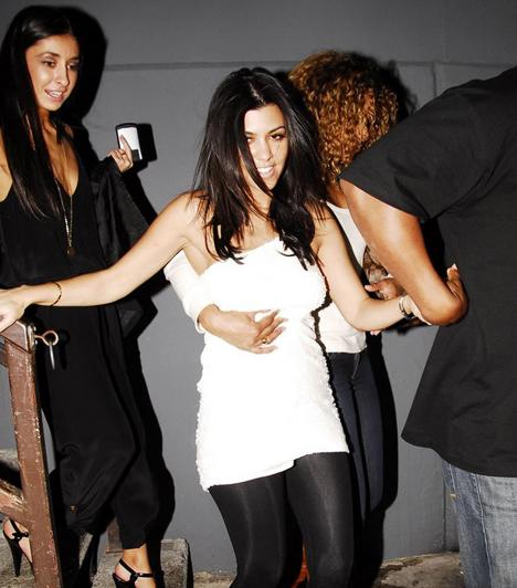 Kourtney Kardashian  Kim Kardashian húga 2009 júniusában a My House nevezetű nightclubban bulizott, ám a sok alkohol végül győzedelmeskedett: a fiatal celebmacát úgy kellett kézenfogva kivezetni a szórakozóhelyről.