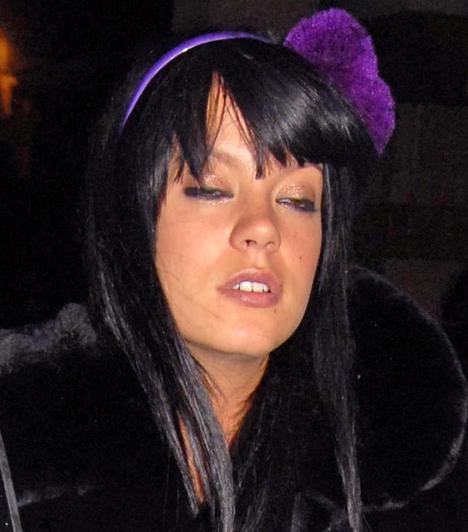 Lily Allen  A népszerű brit énekesnőről köztudott, hogy nem veti meg az alkoholt és a drogokat. Allen több alkalommal itta már magát ájultra, mint ahogyan akkor is, amikor kilépett a Whiskey Mist nevű szórakozóhelyről. Remélhetőleg visszafogottabb, mióta 2011 novemberében világra jött kislánya.  Kapcsolódó cikk: Titokban férjhez ment az ismert énekesnő »