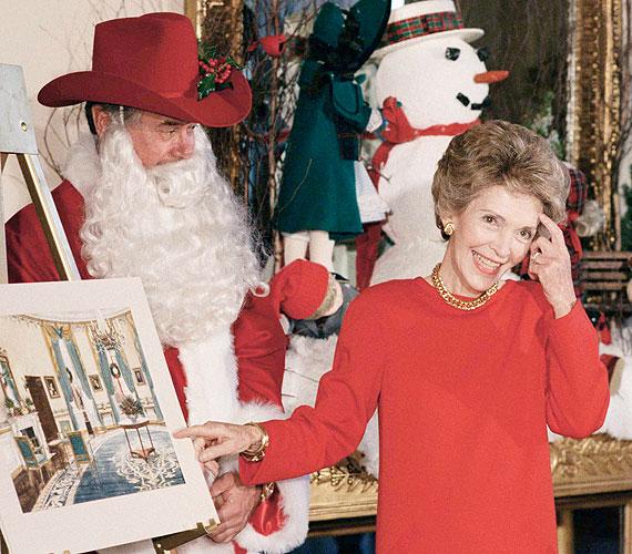 A Dallas szupersztárja, a három éve elhunyt Larry Hagman még karácsonykor is színészkedett, beöltözött Télapónak, és így ünnepelt a Fehér Házban húsz évvel ezelőtt. Nancy Reagan látható mellette.