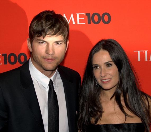 Aschton Kutcher és Demi Moore 2005-től 2013-ig voltak házasok, amikor Kutcher Mila Kunis-szal forgatta a Barátság Extrákkal című filmet. Már a felvételek során érezni lehetett kettejük között a vibrálást. Azóta megszületett első kislányuk is.