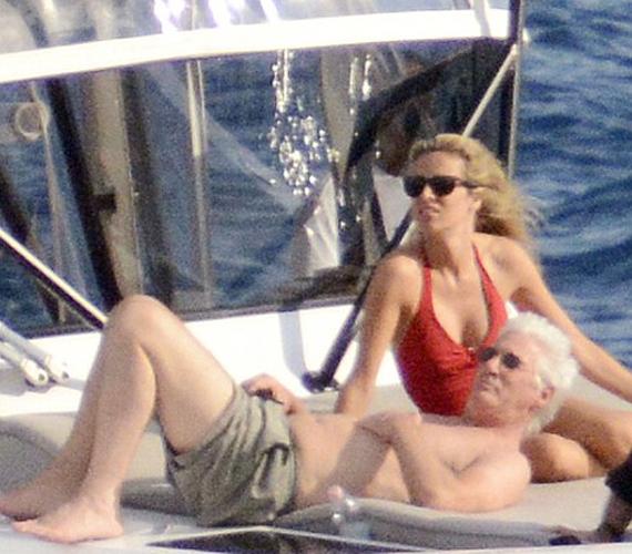 Együtt napoztak a hajó fedélzetén, és nem is sejtették, hogy fotósok lesnek rájuk. Talán ha tudták volna, nem vetkőznek ennyire neki.