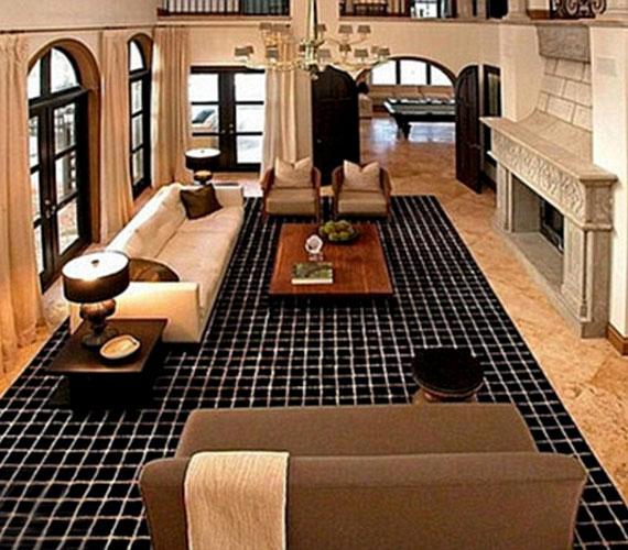 Az óriási ablakoknak köszönhetően a tágas helyiségek is világosak.