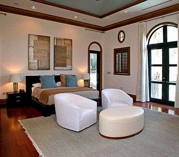 A hálószobában is a világos színek vannak túlsúlyban.